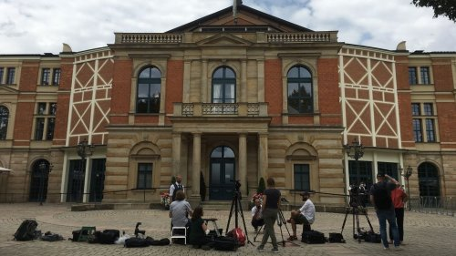 Mit Merkel und Maske: Wagner-Festspiele in Bayreuth starten