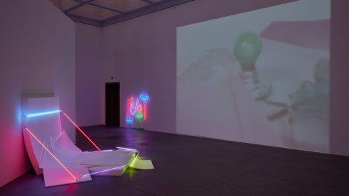 Künstler des Lichts: Keith Sonnier im Neuen Museum Nürnberg