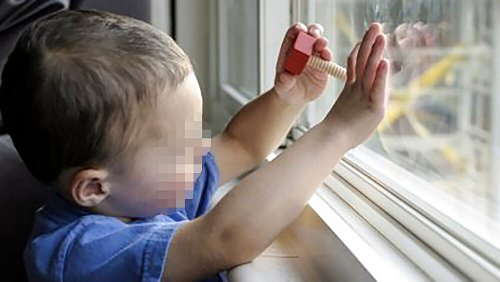 Lasciato solo in casa, bimbo di 7 anni precipita dalla finestra: nei guai il papà