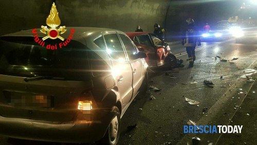 Pauroso frontale in galleria: 3 feriti in ospedale e traffico in tilt per ore
