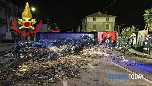 Spaventoso incidente: si ribalta camion di rottami, bloccata tutta la Provinciale