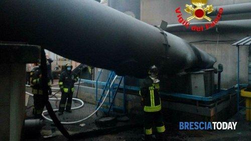 Crollo in fabbrica, si scatena un incendio: intervengono i pompieri