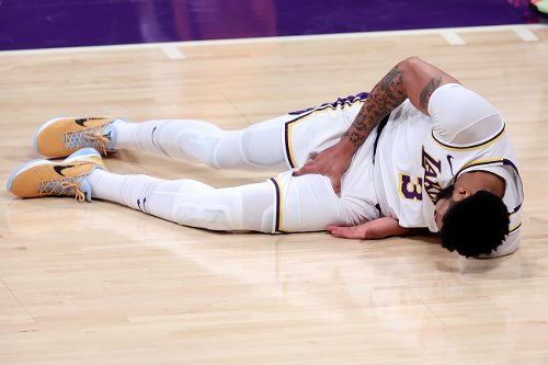 Video Of Anthony Davis Barely Being Able To Walk To The Locker Room Is Not A Good Sign For The Lakers