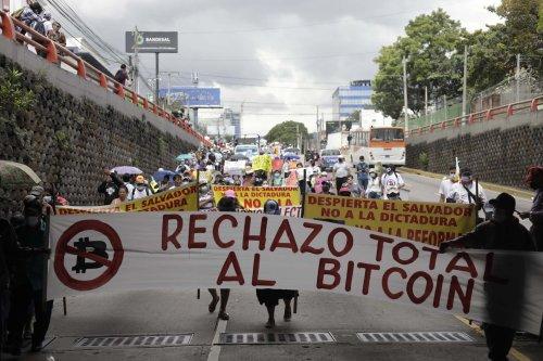 Brennende Bitcoin-Automaten in der Hauptstadt El Salvadors | BTC-ECHO