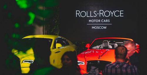 Три модели Rolls-Royce Black Badge в ярких цветах были представлены в Москве