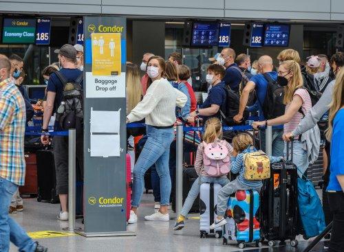 """""""So ein Video habe ich noch nie gesehen"""": Viele Mitarbeiter an Flughäfen melden sich krank – was ein Unternehmen, Verdi und ein Arbeitsrechtler dazu sagen"""