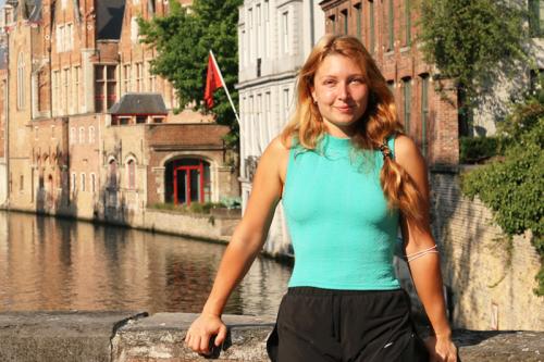 Mit Dividenden von 400 Euro pro Monat finanziert diese 29-Jährige ihr Studium — nach dieser Methode wählt sie ihre Aktien aus