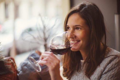 Jeden Tag ein Gramm Alkohol zu trinken, lässt euer Gehirn um eine Woche altern – ein Glas Wein enthält 14 Gramm
