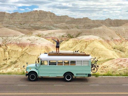 Ein Paar hat einen alten Schulbus zu einem Tiny House auf Rädern umgebaut und reist damit samt Kind und Hund durch die USA — so sieht es darin aus