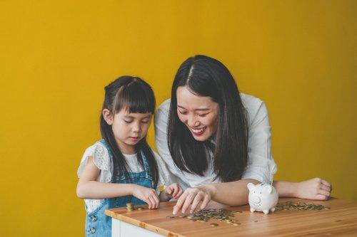 Kita-Kosten, Schulessen, Bekleidung: So viel Geld geben Eltern durchschnittlich für ihre Kinder aus