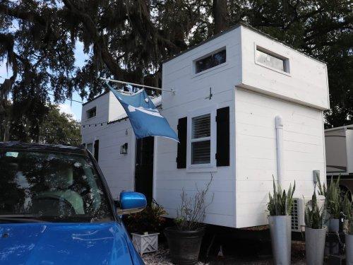 Eine Mutter lebt mit zwei Kindern und zwei Hunden in einem 25 Quadratmeter großen Tiny House — so sieht es von innen aus