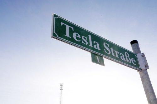 Vertragsstrafen, Schweigeklauseln und ein Verstoß gegen ein Gerichtsurteil: So sieht ein Arbeitsvertrag bei Tesla in Grünheide aus