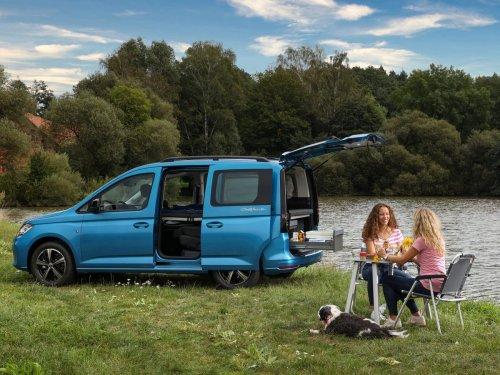So sieht das neue VW-Wohnmobil Caddy California von innen aus — es hat eine Küche und ein Bett