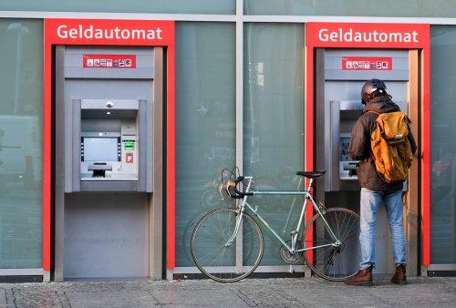 Trend zu Negativzinsen nimmt zu: Über 300 Banken und Sparkassen verlangen Gebühren für Guthaben