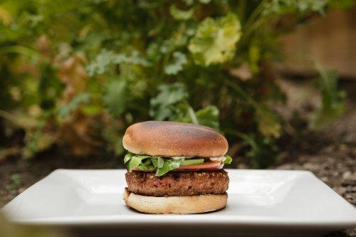 Der Hype um Soja und vegane Burger: Ein Ernährungsexperte verrät, wovon ihr lieber die Finger lassen solltet
