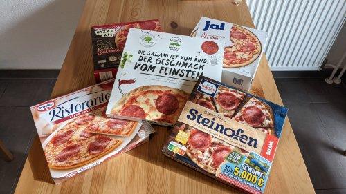 Gustavo Gusto gegen Wagner, Oetker und Discounter-Ware: Wir haben fünf Salami-Pizzen aus dem Tiefkühlregal getestet und verraten, welche die beste ist