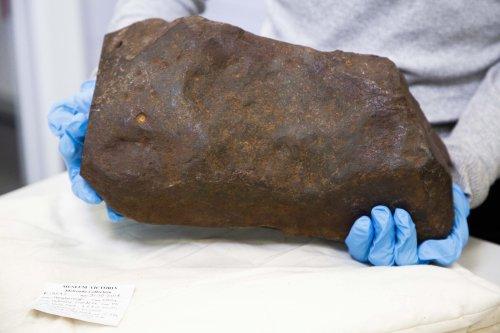 Ein Mann hat einen Felsbrocken gefunden und ihn jahrelang behalten, weil er dachte, er wäre aus Gold — doch er ist etwas viel Wertvolleres