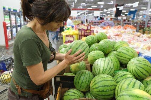 Por qué es mejor comprar el melón y la sandía enteros en lugar de los que están ya cortados