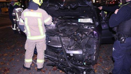Schwächeanfall beim Abbiegen – Auto kracht in Ampel und SUV