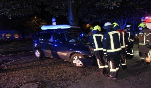 Renault-Fahrer kracht gegen Baum – zwei Verletzte