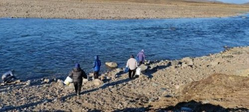 Group delivers water to people without cars after fuel contaminates pipes in Iqaluit (Canada)