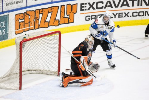 Penticton Vees lose their first 2021 season game with a 3-2 defeat to the Trail Smoke Eaters - BCHL