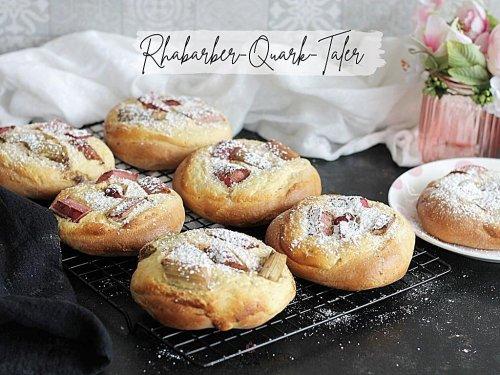 Einfache fluffige Rhabarber-Quark-Taler – süße Hefeteilchen wie vom Bäcker
