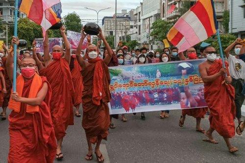 Birmanie: les moines manifestent contre la junte militaire - Challenges