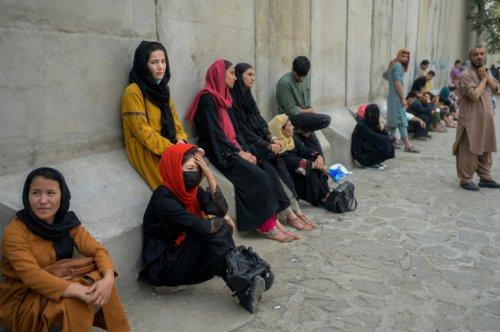 """Afghanistan: les talibans """"n'auront pas d'autre choix"""" que d'écouter les femmes - Challenges"""