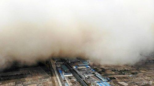 Wall of sand engulfs China's Gansu province