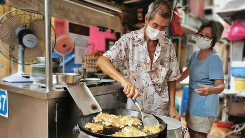 This humble oyster omelette stall in JB is thriving despite COVID-19