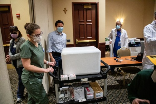 More Illinois hospitals begin vaccinating health care workers as state and federal officials clash over size of future shipments