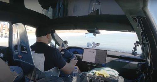 Brandneuer Tesla in Wasser versenkt: Es sitzt sogar ein Fahrer drin