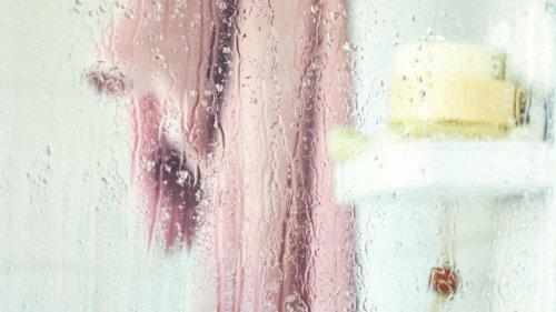 Praktischer Trick für die Dusche: So verschwindet Kalk fast wie von selbst