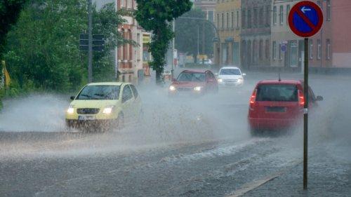 Auto- und Motorradfahren bei Sturm: Welche Fehler Sie heute nicht machen sollten
