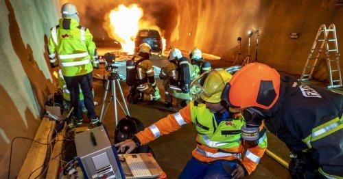 Feuer-Profis wagen Praxis-Test: Wie gefährlich sind E-Auto-Brände im Tunnel?