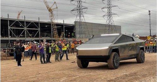 Sieht aus wie am Mars: Elon Musk fährt mit Cybertruck auf Tesla-Baustelle