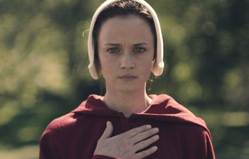'The Handmaid's Tale': Relembre a jornada de Emily no vídeo promocional da série; Assista! | CinePOP