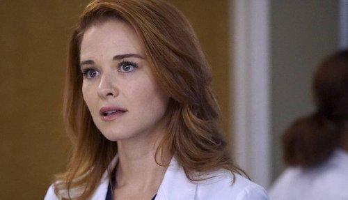 'Grey's Anatomy': Sarah Drew retorna em imagem oficial da 17ª temporada | CinePOP