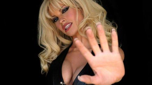 Pam & Tommy : Lily James et Sebastian Stan méconnaissables en Pamela Anderson et Tommy Lee - CinéSéries