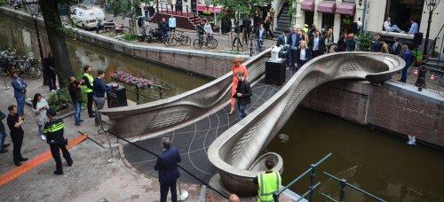 Amsterdam a inauguré le tout premier pont en acier imprimé en 3D