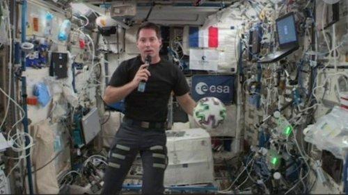 De l'ISS à Clairefontaine : l'échange entre Thomas Pesquet et Kylian Mbappé