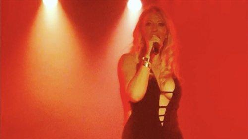 Loana partage des vidéos de son concert, ses followers se déchainent
