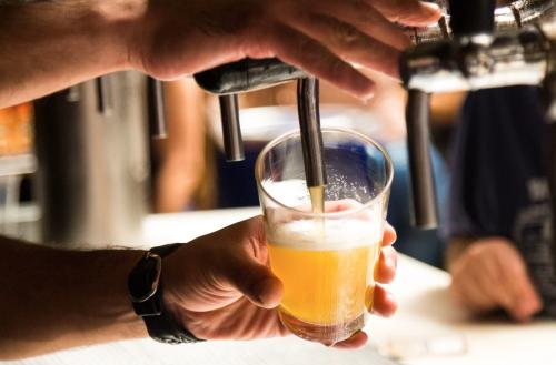 A Paris, un bar offre une bière gratuite aux personnes vaccinées