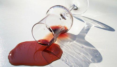 Comment nettoyer et enlever une tâche de vin rouge ?