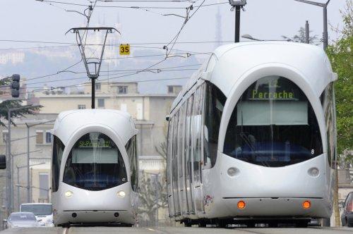 Lyon : il se fait agresser dans le tramway après avoir demandé à un homme d'arrêter de fumer (vidéo)