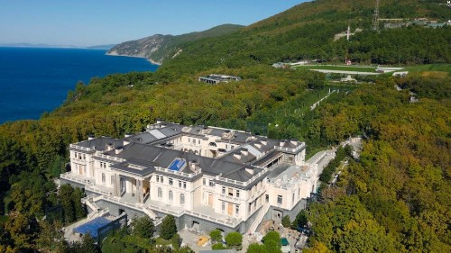 Navalny releases investigation into decadent billion-dollar 'Putin palace'