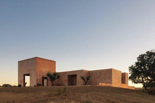 La casa minimalista di Bak Gordon Arquitectos tra le colline portoghesi | Collater.al