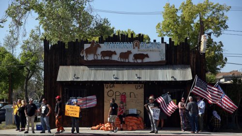California City Puts Chain-Link Fence Around Restaurant for Repeatedly Defying COVID-19 Mandates