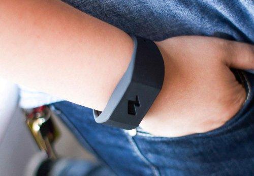 Amazon vende una pulsera que pega calambrazos si comes demasiado o gastas mucho dinero
